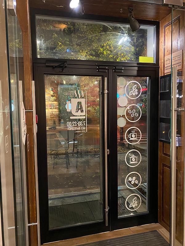 Покраска алюминиевой двери черный цвет